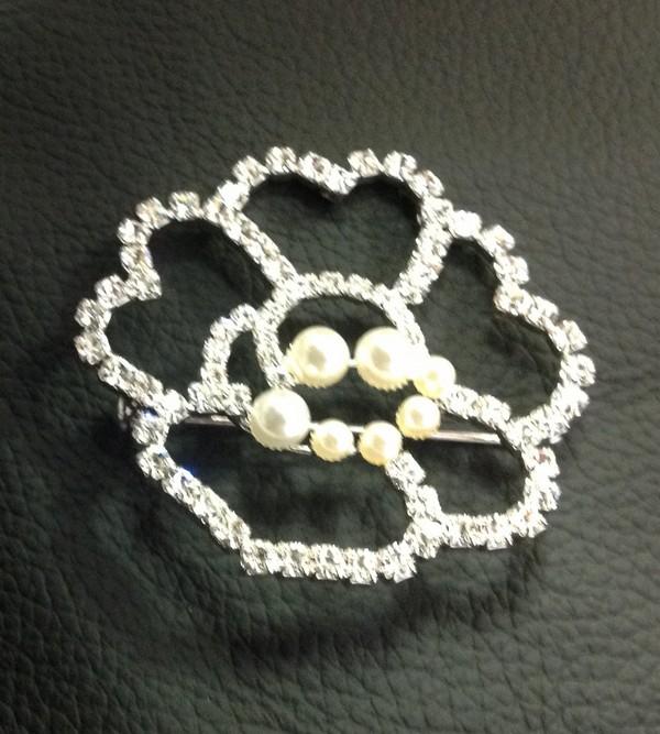brož z broušených šatonových růží na spínací špendlík       velikost cca 55x55mm s perličkami                           galvanizovaná bižuterie, vyrobeno v ČR