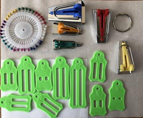 Pomůcka pro výrobu šikmého proužku SET 6/9/12/18/25mm + spony na přidržení š.proužku (5 šířek) + dárek špendlíky
