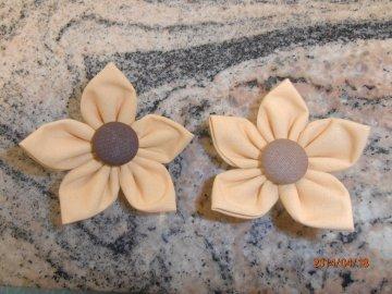 kanzashi květina 8cm meruňková s tm.hnědým středem          možnost použít jako brož nebo do vlasů.                     Ruční práce z látky