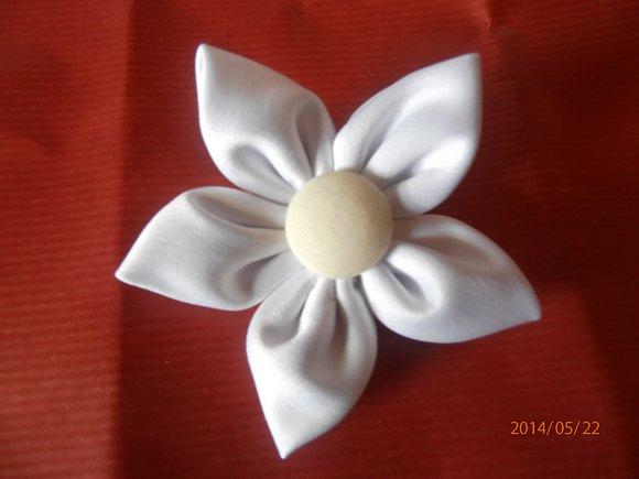 kanzashi květina 8cm bílá se sv. krémovým středem,          možnost použít jako brož nebo do vlasů.                     Ruční práce z látky