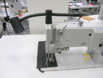 halogenová lampa SK 1002, 24V/20W čirá, bez trafa - přichycení na hlavu stroje.