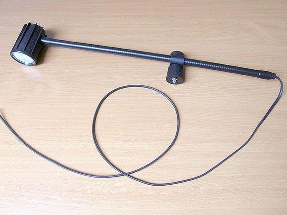 halogenová lampa SK 1002, 24V/20W čirá, bez trafa - přichycení na hlavu stroje.-