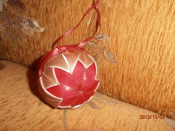 koule 10cm zdobená látk.stuhami ruční práce                 červeno-zlatá se stuhou