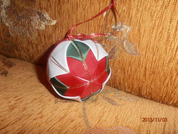 koule 10cm zdobená látk.stuhami ruční práce                 červeno-bílo-zelená se zlatem a stuhou