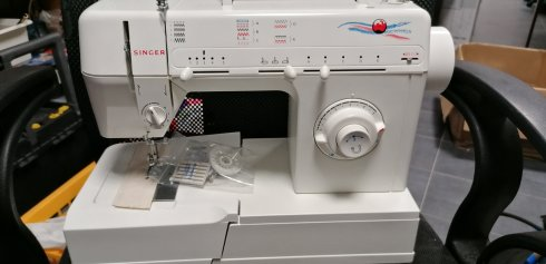 repasovaný celokovový šicí stroj Singer 5810 C - 10 programů ozdobné a overlockové stehy s příslušenstvím