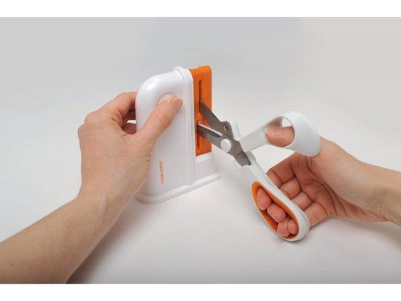 ostřič nůžek Fiskars Clip-Sharp-