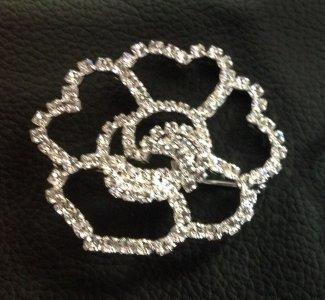 brož z broušených šatonových růží na spínací špendlík       štrasový květ vel.cca 55x55mm                               galvanizovaná bižuterie, vyrobeno v ČR