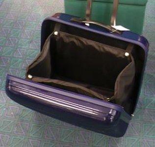 modrý cestovní kufr na kolečkách pro šicí stroje-