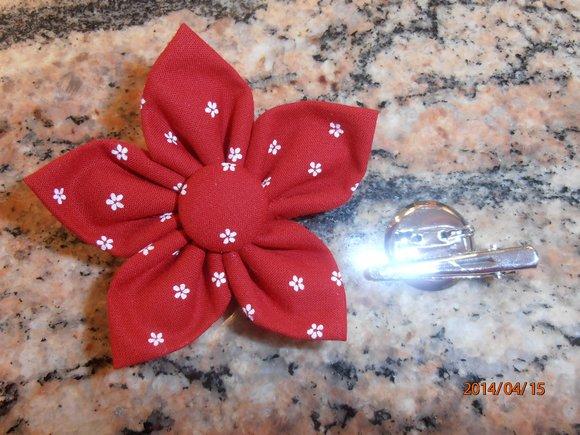 kanzashi květina 8cm červená s kytičkami,                   možnost použít jako brož nebo do vlasů.                     Ruční práce z látky
