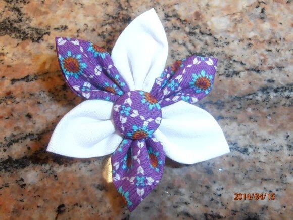 kanzashi květina 8cm bílo-fialová se vzorem,                možnost použít jako brož nebo do vlasů.                     Ruční práce z látky